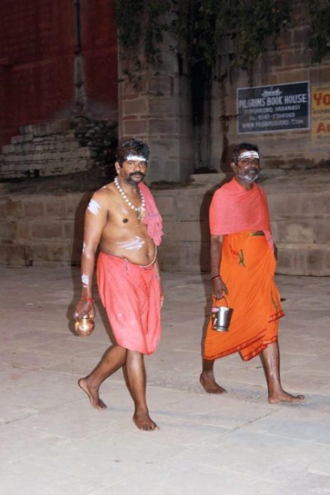 Induisti sui ghat di Varanasi