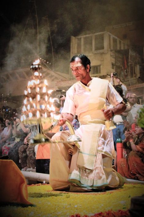Bramino durante la cerimonia Ganga Aarti