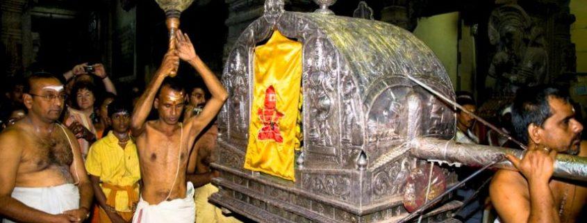 Cerimonia notturna al tempio di Meenakshi